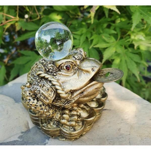 Třínohá žába s křišťálovou koulí strážící minci Feng Shui